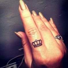tatuaje de corona en dedos Tatuajes de Coronas