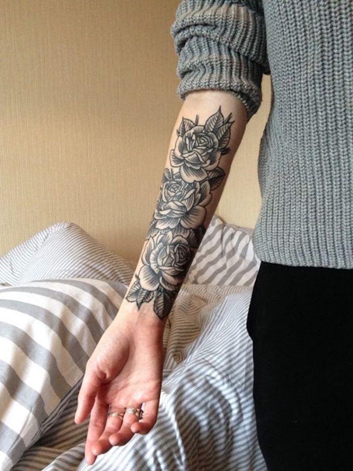 beliebteste tattoos graue geflochtene bluse rosen blumen 25 tatuajes en brazos para mujeres