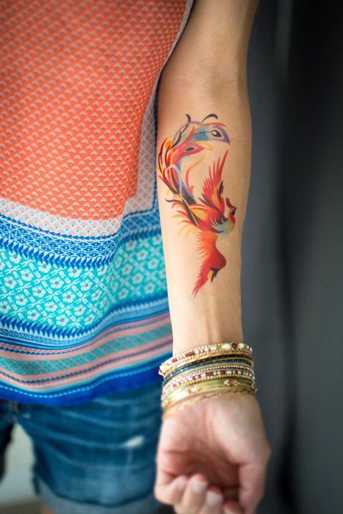 bliebteste tattoos jeans bunte bluse vogel wasserfarben tattoo armreifen 25 tatuajes en brazos para mujeres