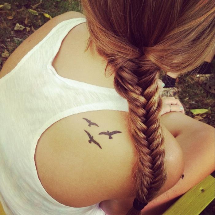 tattoo rücken weiße bluse kleine vogel zopf geflochtene haare flechtfirisur Ideas para los Hombros