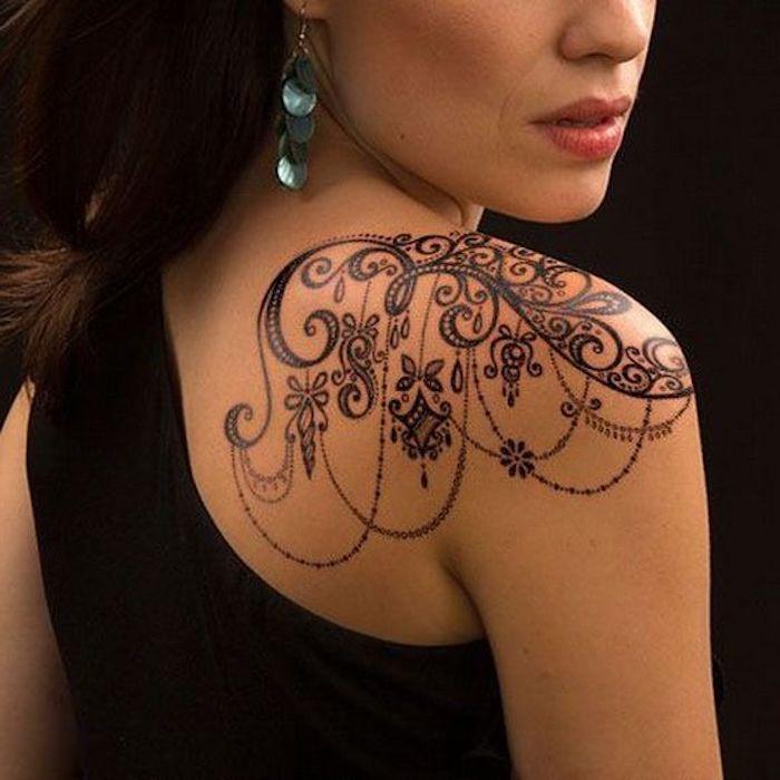 tattoo schulter schwarzes kleid blaue ohrringe tätowierung in schwarz Ideas para los Hombros