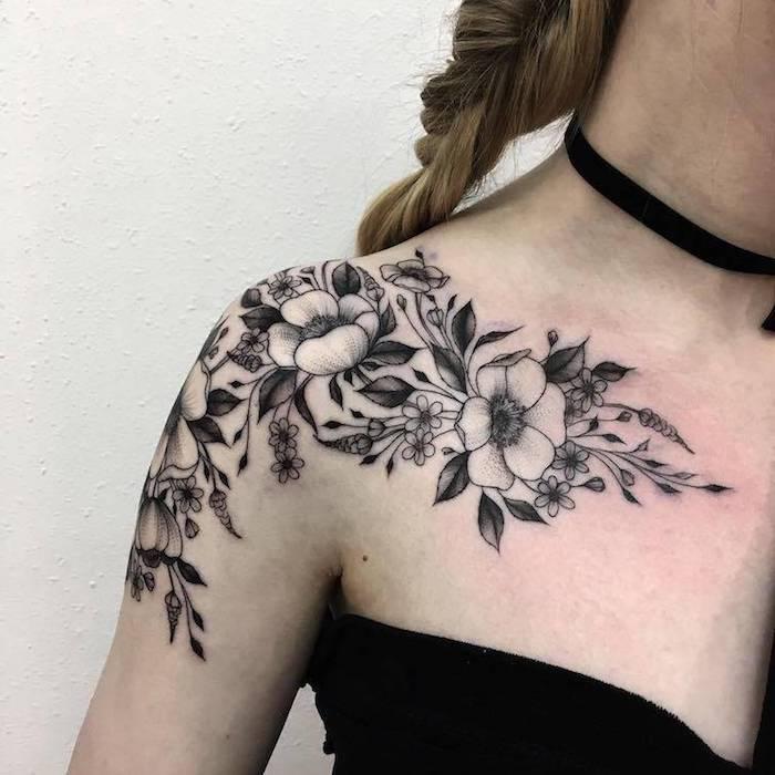 tattoo schulter schwarzes kleid flechtfrisur zopf tätowierung mit blumen Ideas para los Hombros