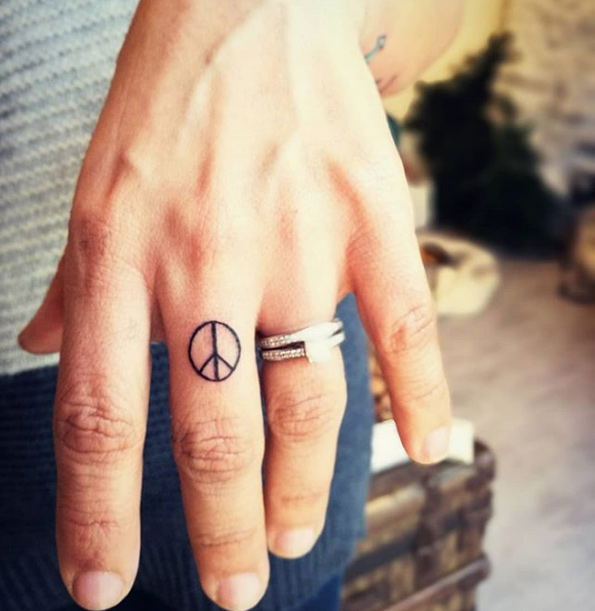 img 5ad25943d4295 Tatuajes de dedos súper lindos