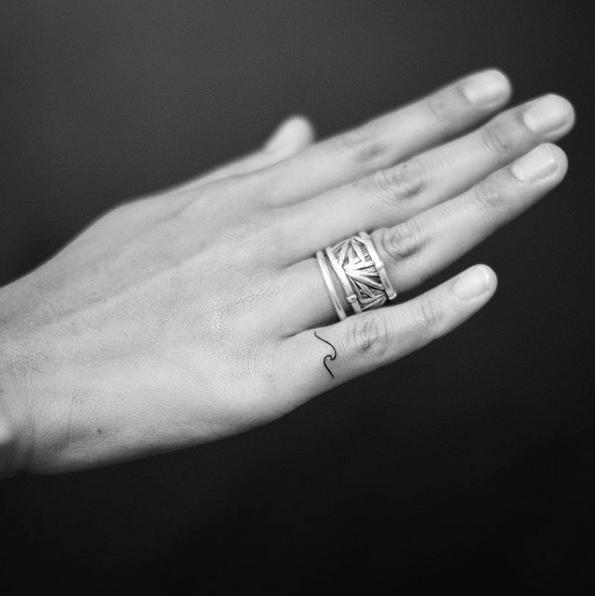 img 5ad2594a1f894 Tatuajes de dedos súper lindos